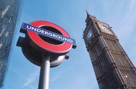 U-Bahn Schild und Big Ben, London