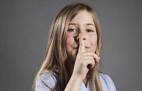 Mädchen macht Gestik für Schweigen