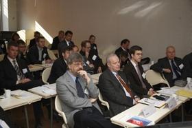 Männer bei Konferenz