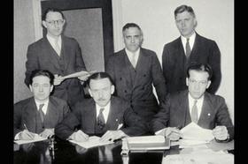 Männer Gruppenfoto alt schwarz-weiß mit Papier-Dokumente