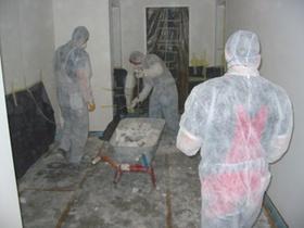 Männer in Schutzanzügen auf Baustelle