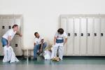 Männer in weißen Overals in der Umkleidekabine