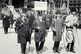 Männer mit Hut und Mantel streiken (Bild in s_w)