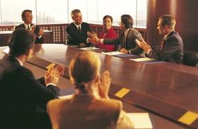 Männer und Frauen bei Sitzung