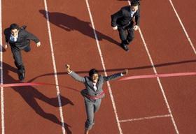 Männer und Frauen in Anzügen bei Zieleinlauf