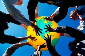 Männer und Frauen mit buntem Ball Weltkugel Globus