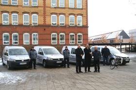 Männer vor Erdgas-Fahrzeugen