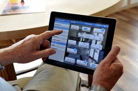 Männerhände Tablet Smart Home Nutzung