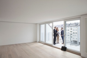 Makler Besichtigung leere Wohnung 3 Personen