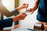 Makler Provision Hände mit Geld bezahlen
