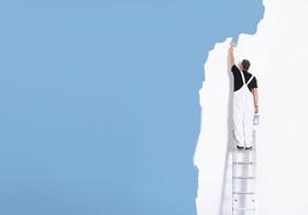 Maler steht auf Leiter, von hinten