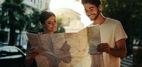 Man und Frau schauen in Stadtplan