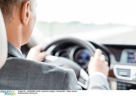 Mann am Steuer eines Autos