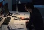 Mann arbeitet nachts am Schreibtisch