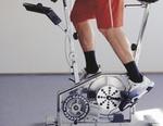 Mann auf Fitnessgeraet, Fahrradergometer