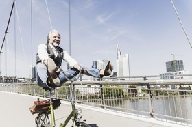 Mann auf Rad gute Laune Stadt