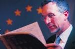 Mann beim Lesen vor Euroflagge