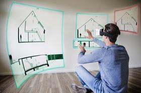 Mann blickt durch VR-Brille auf Hausorganisation