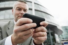 Mann drückt auf Smartphone