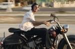 Mann fährt auf altem Motorrad