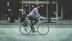 Mann fährt mit Fahrrad zur Arbeit