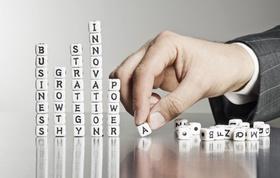 Mann formt mit Buchstabenwürfel Wörter
