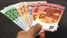 Mann gibt Euro-Scheine weg