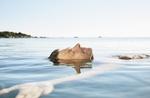 Mann gleitet entspannt auf Rücken in See