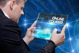 Mann hält futuristisches Tablet in der Hand mit Online Courses