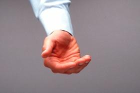 Mann hält Hand auf