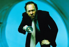 Mann hält Taschenlampe in rundem Spotlight