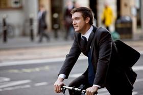 Mann im Anzug auf Fahrrad