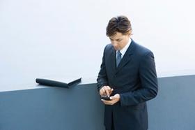 Mann im Anzug mit Smartphone
