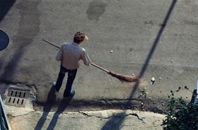 Mann kehrt die Straße - Ansicht von oben