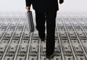 Mann mit Aktenkoffer von hinten läuft auf Dollar-Scheinen