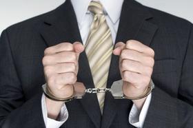 Mann mit Anzug und Krawatte Handschellen vor dem Körper