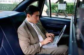 Mann mit Laptop im Auto