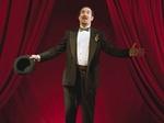 Mann mit schwarzem Smoking Anzug Zauberer auf Bühne