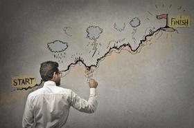 Mann mit Stift steht vor Start und Ziel Grafik