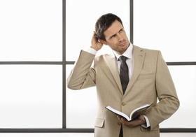 Mann mit Terminkalender kratzt sich am Kopf