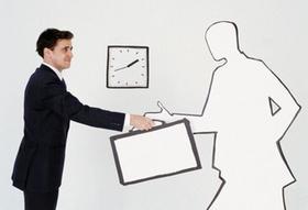 Mann nimmt Koffer von weißer Männer-Silhouette entgegen