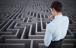 Mann schaut nachdenklich auf Labyrinth hinab