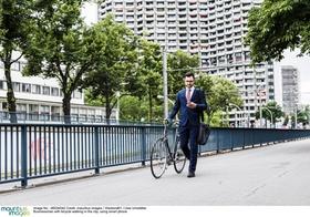 mann schiebt fahrrad