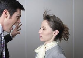Mann schreit Frau an