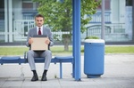 Mann sitzt nach Kündigung verzweifelt an Bushaltestelle