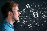 Mann spricht und Buchstaben fliegen herum