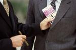 Mann steckt Partner Bündel Geldscheine in Jackentasche