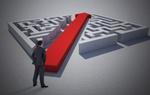 Mann steht vor Labyrinth welches durch großen roten Pfeil in der Mitte geteilt ist