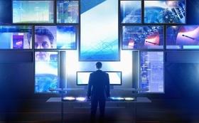 Mann steht vor vielen Bildschirmen, Digitalisierung