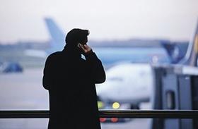 Mann telefoniert mit Mobiltelefon